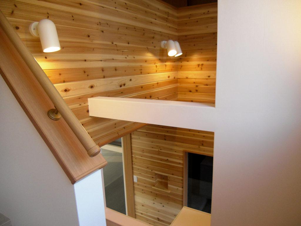 伊豆の国市南条の新築住宅の無垢と天然素材の木材を使った吹き抜け